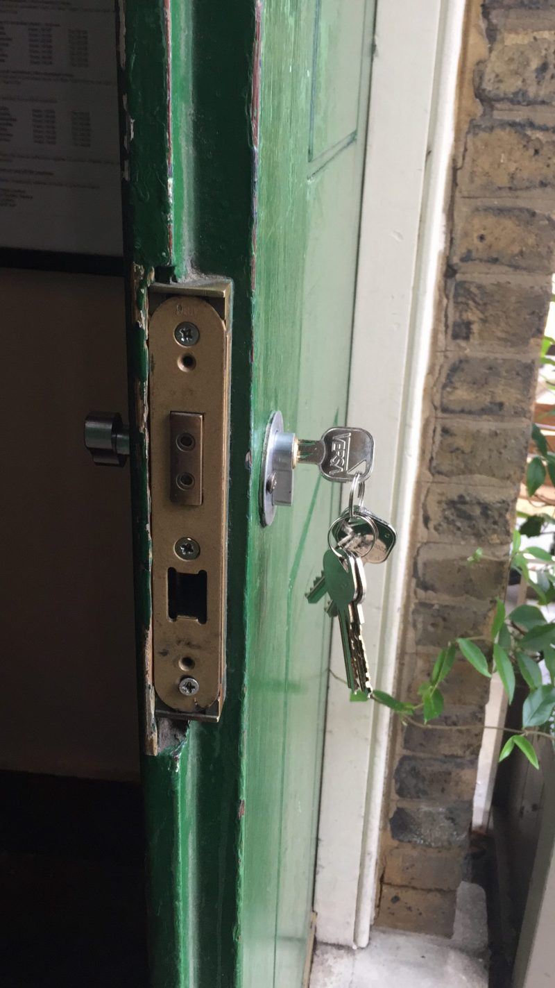 Locksmith in Barnet NW11 NEW CYLINDER LOCK